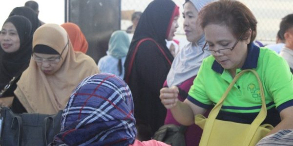 ACPC Director Ma. Cristina Lopez (extreme right) facilitates the distribution of E-cards containing P5,000 to more than 1,000 small farmers and fishers from Marawi City